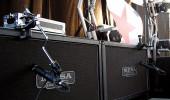 """Le Casse, 2x12 Mesa Boogie Le casse che utilizzo in questo set up sono delle Mesa Boogie equipaggiate di serie con coni Celestion Vintage 30.  Mi piace il suono prodotto da questi altoparlanti. In particolare perché perché sono """"infedeli"""" sugli acuti: li ammorbidiscono.  Diversamente alle mie abitudini """"microfonatorie"""", microfono queste casse nel centro esatto del cono (non nella foto). 4x12 Marshall Spesso utilizzo anche le classiche e fantastiche 4x12 Marshall. Microfonatura Microfoni utilizzati. Gli Shure SM 57 sono microfoni adatti al microfonaggio della chitarra. Quando disponibili richiedo questi. Essendo dinamici, mantengono i minimi dettagli del suono anche quando sottoposti alla alte pressioni sonore. nPosizionamento dei microfoni. Microfono """"a metà cono"""". Ciò significa che:  * Prima di tutto, punto il microfono dritto al centro dell'altoparlante   * Successivamente, rivolgo la capsula leggermente verso l'esterno, in modo da microfonare qualche centimentro prima del bordo pneumatico. * Il microfonaggio è """"a stretto contatto"""" con l'altoparlante (max 12 cm di distanza dall'altoparlante). Accessori  Acchiappini Reggi-Microfono Li adoro. Sono comodi, estetici e non ingombrano il palco. Essendo attaccati alle casse, il microfonaggio non varia nel caso queste vengano spostate (o urtate). Scenario possibile. Il batterista sta montando il suo strumento e, giustamente necessita spazio intorno. Il fonico sveglio, è già pronto e disponibile per"""